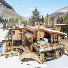 Would you want to live in a house surrounded by mountains where everyday you will be greeted by picturesque views of mountain vistas ? Style At Home, Casa Top, Modern Mountain Home, Property Design, Cabin Homes, House Goals, Modern House Design, My Dream Home, Modern Architecture
