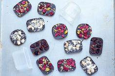 Selbstgemachte Schokoladentafeln sehen hübsch aus, schmecken fantastisch und sind ein tolles Geschenk aus der Küche.