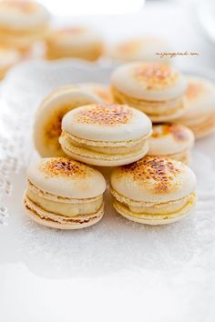 Crème Brûlée macarons – Food And Drink French Macaroon Recipes, French Macaroons, French Desserts, Just Desserts, Macaron Dessert, Macaron Flavors, Macaron Filling, Baking Recipes, Cookie Recipes