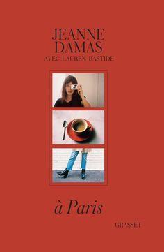 """Batizada de """"À Paris"""", a obra de Jeanne Damas – escrita em parceria com a jornalista Lauren Bastide, mostra os segredos de outras 20 """"it"""" garotas francesas que amamos ficar de olho, como Nathalie Dumeix, Sophie Fontanel, e Lola Bessis, além, é claro, dela mesma. Ainda revela os hot spots favoritos da turma em Paris, suas dicas de moda, estilo e comportamento. Damas também faz uma verdadeira ode à Cidade da Luz."""