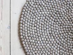 Sandfarbe in ihrer besten Form. Ein klassischer Kugelteppich, der etwas mehr Farbspiel zulässt als Steel Grey. Wenn Sie Wärme mögen und Ihre Gedanken auf den warmen Sand im Sommer lenken möchten, ist Sand Brown der richtige Teppich für Sie.