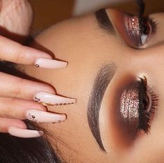 My kinda look, warm browns in the crease and rose gold glitter on the lid