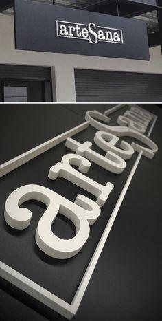 Letrero fabricado en PVC esmalte, montado en nuestro producto SKINNY BOX.