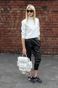 Street style com looks usando tenis new balance mais mochila de couro branco