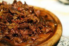 Draadjesvlees is dan wel niet zo fotogeniek, het smaakt wel des te lekkerder. Of je het nou op brood, over de stamppot of in een taco eet, smullen is het zeker. Gebruik lekker dooraderde riblappen, dan wordt je stoofvlees extra mals. Door de cayennepeper, rode peper en paprikapoeder wordt je vlees lekker pittig. Super smakelijk! Pureed Food Recipes, Meat Recipes, Slow Cooker Recipes, Mexican Food Recipes, Cooking Recipes, Crockpot Ideas, Love Food, A Food, Food And Drink