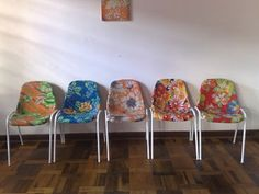 Chair Restored, Renovated or Renovated = Economy, Personalized and Sustainable Decor! - BE Decoration Funky Chairs, Old Chairs, Dining Chairs, Crate Bookcase, Purple Chair, Ideas Geniales, Wooden Crates, Diy Chair, Foam Curlers
