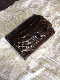 キングコブラの腹側のBOXコインケースです。幅約8cm 縦約6.5cm 蓋を閉じた状態の厚み約3cm黒の蝋引きビニモにて手縫いです。蓋の押さえは黒のバネホック...|ハンドメイド、手作り、手仕事品の通販・販売・購入ならCreema。