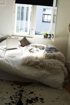 When I live alone, I wouldn't mind decorating my bedroom like that-- with a low bed, fluffy blanket, furry cushions and animal skin rug.