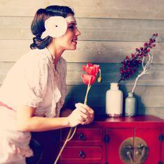 Headband mariage rétro - années 30 - grosse fleur blanche et dentelle ancienne. : Accessoires coiffure par mes-tites-lilis