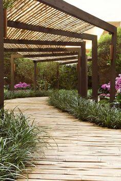 Inspirerend | Tuinpad van bamboe met pergola. Door xxMoonNL