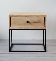 Industrial Nightstand Mitte des Jahrhunderts im Metal Nightstand, Wooden Bedside Table, Bedside Tables, Natural Furniture, Steel Furniture, Oak Bedroom, Home Decor Bedroom, Master Bedrooms, Bedroom Sets