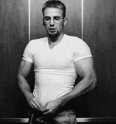 That time when he got naked in an elevator. 32 Times Chris Evans Was Too Handsome For His Own Good Robert Evans, Christopher Evans, Capitan America Chris Evans, Chris Evans Captain America, Hot Men, Sexy Men, Hot Guys, Chris Evans Funny, Chris Evans Tumblr
