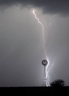 Rodrigo Rod - lightning strikes a windmill Lightning Photography, Nature Photography, Photography Classes, Storm Photography, Photography Tips, Portrait Photography, Wedding Photography, All Nature, Amazing Nature