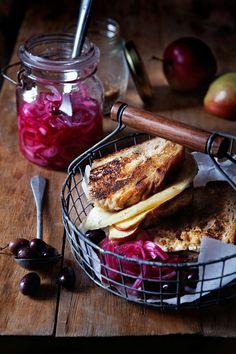 Frasig sandwich med stekt provolone och picklad rödlök.