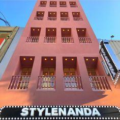 こんにちは♡ 韓国好きなら誰もがチェックしている【STYLENANDA】韓国に行った際も必ずお店には立ち寄りますよね!? そんなみんなが大好きなSTYLENANDAの新しいお店が明洞にOPENしました! 【STYLENANDA PINK HOTEL】 Stylenanda Pink Hotel, Shop Front Design, Korea, Mansions, House Styles, Places, Photography, Home Decor, Interior