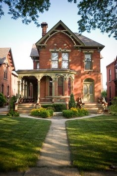 What a fine-looking house in Historic West Canfield, Detroit! And what a tidy, attractive lawn! Love the whole look!