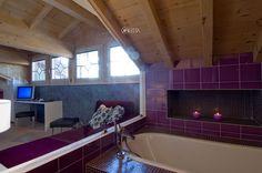 Il bagno viola di una suite dell'hotel Concordia