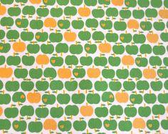 Wunderschöner fester Oxford- Baumwollstoff von KOKKA mit grünen und goldglänzenden Äpfeln auf weißem Hintergrund...  Die Äpfelchen sind 1,6x1,5cm groß  Toll für Decken, Kissen, Taschen uvm...