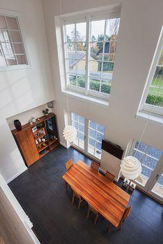 Højt til loftet og store vinduesflader giver masser af plads i rummet #huscompagniet #inspiration #indretning #husbyggeri #indretning #nybyg #husejer #nythus #typehus #køkken