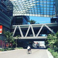 Uno de los puentes que conectan las distintas partes que componen el edificio de @brickellcitycentre en #miami #unitedstates #usa #architecture Miami, Instagram Posts, Bridges, Spaces, Buildings, Architecture