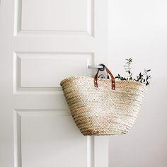 Risultati immagini per straw bag shabby flowers white Jute, Bric À Brac, Modern Hepburn, Straw Handbags, Shabby Flowers, Market Baskets, Basket Bag, Happy Weekend, Weekend Vibes