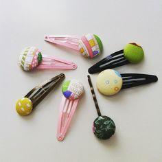 horquillas con botontes forrados con telas de colores