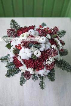 Зимний букет с хлопком, ранункулюсами, ягодами и ветками ели