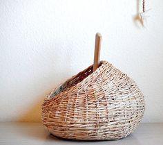 Panier tissé main. À laide de produits en provenance des palmiers dattiers trouvés dans la région de la mer de Galilée, jai façonné ce panier à laide