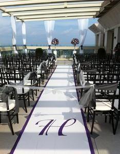 Single initial monogram wedding aisle runner is modern and elegant #aislerunners, #weddingaislerunners
