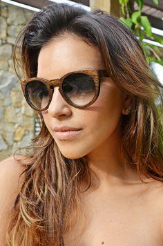 Mariana Rios com óculos de madeira