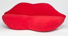 Kiss két személyes kanapé, merész megoldás, élénk piros színben. Ha szereted, hogy pezseg az élet!