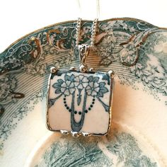 [CasaGiardino] ♛ Dishfunctional Designs The original contemporary jewelry handcrafted from broken vintage china... Artist made broken china jewelry necklace