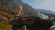 Game Of Thrones - TV Série - books (livros) - A Song of Ice and Fire (As Crônicas de Gelo e Fogo) - blond hair (cabelo loiro) - House Targaryen - family (família) - Daenerys Targaryen (Emilia Clarke) - Mother of Dragons (Mãe dos Dragões) - Mhysa - Queen (rainha) - Khaleesi - braid (trança) - dress - vestido - blue - azul - dragon (dragão) - Drogon