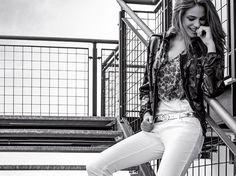Arriva in store la nuova collezione primavera estate 2016 di abbigliamento donna Armani Jeans in un ensemble raffinato e giovane che comprende capi trendy per ogni occasione. Ecco i pezzi indispensabili del nuovo catalogo e i relativi prezzi ufficiali per iniziare a programmare lo shopping di stagione. Per un look completo da giorno e da …