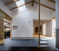 Während sich traditionelle japanische Wohnhäuser für gewöhnlich nach Süden öffnen, lässt ein Wochenendhaus in der zur Präfektur...