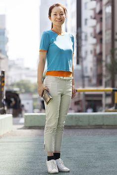 渋谷(東京) Shibuya, TOKYO. Mari Ito, architect. Hugo Boss top and pants, Prada purse, Puma shoes. 【スライドショー】アジアの街角ファッションスナップ―東京、シンガポールなど