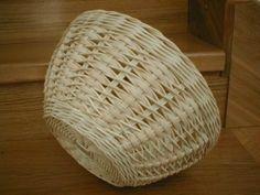 pedig návod - Поиск в Google Rattan Basket, Wicker, Baskets, Pine Needle Crafts, Types Of Weaving, Newspaper Basket, Paper Crafts, Diy Crafts, Baby Girl Crochet