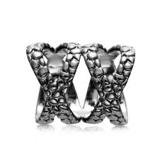 Luxusná ozdoba s názvom Double Cross je rúrkový typ spony na šatky a šály. Spona má tvar prekríženého prstenca a je možné ju nosiť aj ako prsteň. Ozdoba je rúrkovitého vzhľadu, aby bolo možné ľahké upnutie na šatku alebo šál.  Táto ozdoba na hodvábne šatky a šály je vyrobená z kvalitných materiálov (zliatín), ktoré sú následne pozlátené. Šatka so šperkom spraví z Vášho oblečenia ozdobu! Oživte svoj šatník vkusným luxusným doplnkom.