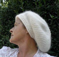 Réservé, réalisé sur commande, béret femme écru tricoté main en laine merinos et angora et sa bordure torsadée : Chapeau, bonnet par madilaine