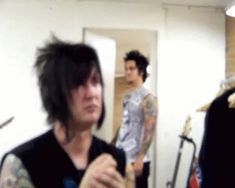 This interview is odd xD The cameraman was bad at his job. Then syn walks in with that look on his face... and riiight back out.