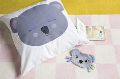 Coussins koalas - Artemio Kids Rugs, Home Decor, Koalas, Stencils, Homemade Home Decor, Kid Friendly Rugs, Interior Design, Home Interiors, Decoration Home