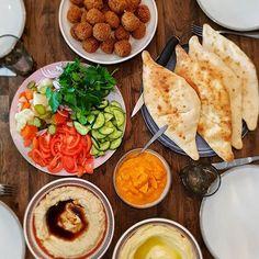 """Falafel """"Iraqi style"""" serverad med samoun och amba. Samoun är ett irakiskt bröd och amba är picklad mango. Galet gott 😍 Gjorde även baba ganoush och hummus bredvid. Recept på samoun & falafel finns i både min kokbok och blogg. Recept på baba ganoush och hummus finns på bloggen, sök i bloggens sökruta ❤"""