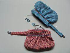 Clutch volgens het patroontje van Elisanna. Stof van Soft Cactus: Toddler Ivy S blauw en Puzzled Milly S rood