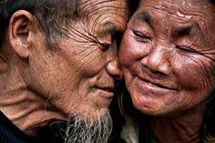 vieux-couple-asie-femme-sourit-yeux-fermes-visages