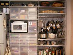 キッチンの収納にも使える収納ケース。うっすらと中が見えるのもうれしいですね。