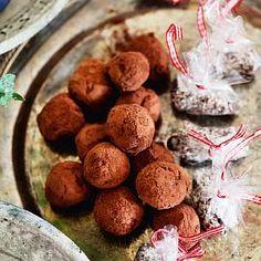 Kookos-minttumakeiset 1. Sekoita kuiva-aineet. Lisää vatkattu kananmuna, sulatettu voi ja minttulikööri. Sekoita hyvin. Anna vetäytyä tunti jääkaapissa. 2. Leivo pitkä tanko ja leikkaa 3–4 cm pituisia paloja. Pyöritä palat kookoshiutaleissa. Sweet Life, Dog Food Recipes, Muffin, Breakfast, Anna, Morning Coffee, Muffins, Cupcakes, Morning Breakfast