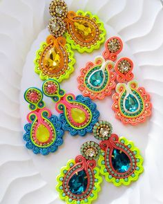 Textile Jewelry, Bead Jewellery, Fabric Jewelry, Jewelery, Soutache Earrings, Crochet Earrings, Diy And Crafts, Paper Crafts, Cold Process Soap