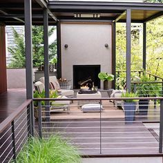 15 Creative Deck Railing Ideas This modern-meets-outdoors space gets its forward-thinking set of details from a mix of metals -- thicker vertical supports, thinner horizontal railings -- as well as stylish wood rail-top pieces. Horizontal Deck Railing, Metal Deck Railing, Deck Railing Design, Patio Railing, Deck Design, Outdoor Railings, Cable Railing, Deck Balustrade Ideas, Deck Railing Ideas Diy