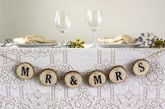 Cette bannière beau, rustique soit le complément parfait à la table lors de votre mariage. La bannière est faite à partir de tranches d'arbre de membres tombés tout de suite de notre superficie. J'ai coupé le puis j'ai sabler légèrement les deux côtés en bois en tranches épaisses de