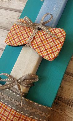 Χειροποίητη  αρωματική λαμπάδα με ξύλινο παπιγιόν, ντυμένο με ύφασμα, με βαμβακερή κορδέλα και ξύλινο καδράκι #πάσχα #pasxa #Easter #Ανάσταση #νονός #νονά #λαμπάδα #χειροποίητες #handmade #παπιγιόν #Πασχαλινέςλαμπάδες #pasxalineslampades Greek, Gift Wrapping, Easter, Candles, Gifts, Gift Wrapping Paper, Presents, Wrapping Gifts, Easter Activities